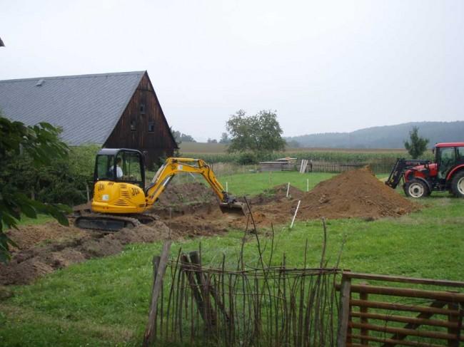 Die Grube für die BIOkläranlage wird ausgehoben